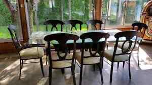 Table en verre et 8 chaises et meuble d'appoint