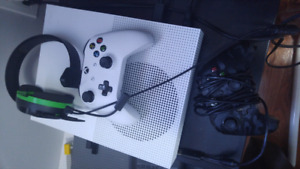 Xbox 1s two controlers and headset