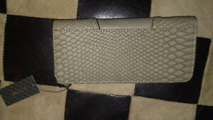 BNWT GUESS WALLET Cambridge Kitchener Area image 4