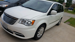 2013 Chrysler Town and Country Touring $21000 obo w/ navigation