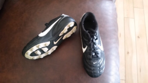 Youth soccer cleats size 1Y