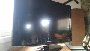 "32"" Samsung TV with Blu-Ray player and stand"