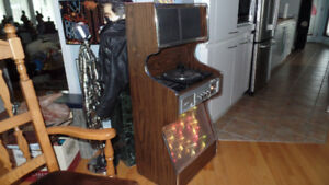 Petit jukebox miniature eluminer  tres,tres,rare. $250.00 ferme.