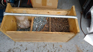Tres gros coffre en bois plein de clous a bardeaux et toiture