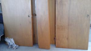 À vendre  portes en bois  intérieur  $ 15.   Chaque.