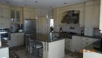 Armoire de de cuisine en érable massif et comptoir de granite