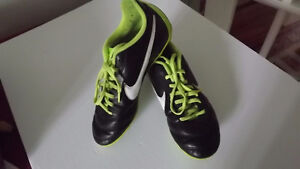 NIKE SOCCER SHOES SIZE 5 1/2 Y