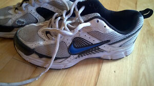 Boys SIZE 4 NIKE SNEAKERS