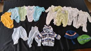 Lot de pyjamas et vêtements nouveau-né et 1 mois
