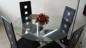 Nice dining table and 4 chair