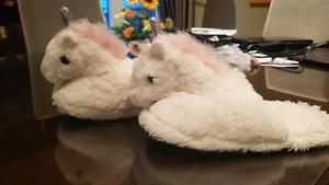 Pantoufles en forme de licornes! Unicorne slippers!