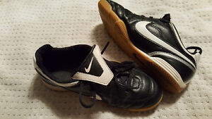 Indoor hard floor soccer shoes