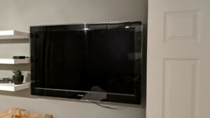 Toshiba 40ux600u TV television with wall mount