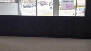 muret en planche de pin peinturé gris