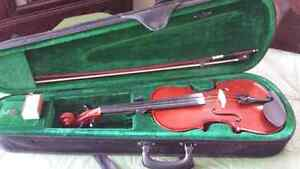 VIOLIN  4/4 WITH CASE  .....  EXCELLENT!   SELLING TO UPGRADE...