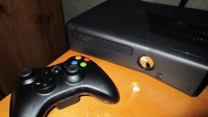 250GB XBOX 360 SLIM INCLUDES CONTROLLER AND 4 DOWNLOADED GAME