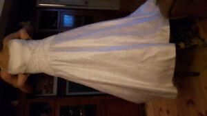 Robe de mariée et tableau électronique d'heures d'ouverture