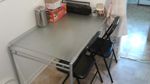 Kitchen/dining table with 2 chairs