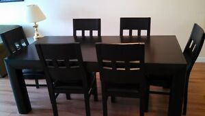 Solid wood Dinning Room Table and 6 Chairs - Hide-A-Bed-Chaise