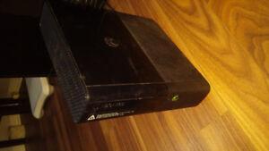 XBOX 360 + 2 manettes + 5 jeux