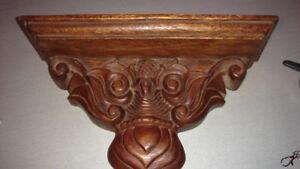 Tablette en bois sculpté