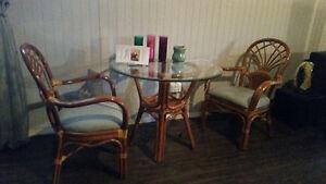 Table en vitre et chaise en rotin