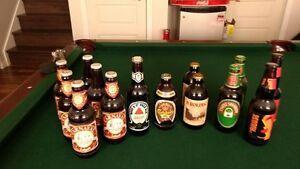 Anciennes bouteilles de bieres pleines et boissons vide