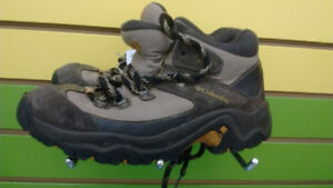 (311A) Boy's winter shoes Columbia Size 4 YOUTH