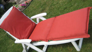 Caribbean Lawn Chair w reversible pillow, folds 4 storage - New