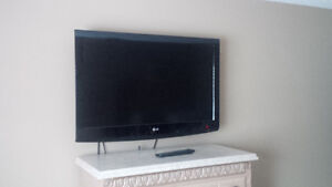 LG 37-inc LCD  HDTV with  wall mount Kitchener / Waterloo Kitchener Area image 4