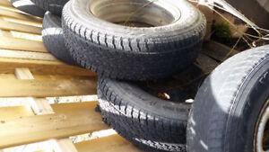 10 pneus 215-70 R16 4 avec mags 6 avec jantes noires