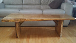 Aged live-edge coffee table  Table à café ou banc bois massif