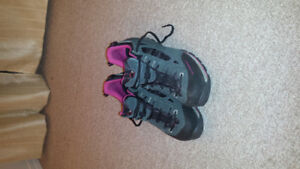 Woman's hiking shoe size 7.5 like new.