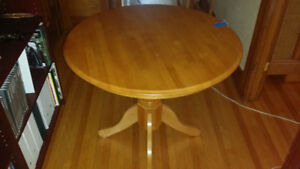 Round wooden table / table ronde en bois