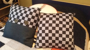 2 coussins décoratifs et 2 couvre oreillers