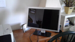 "DELL 18"" WIDE-SCREEN LCD TILT MONITOR West Island Greater Montréal image 1"