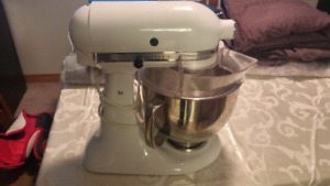 Kitchen aid artisan mixer As new with bowl and all attachments