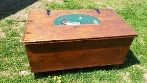 coffre table en bois look antique