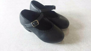 TAP SHOES Size 9.5 revolution tap shoes fits like a street size