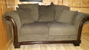 Like New Sofa and Loveseat Set