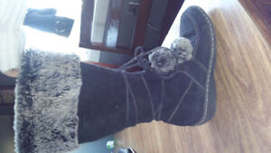 Nice blk brandnew blk winter boots with pompoms