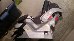 Pair of gracco classic connect infant carseats with bases