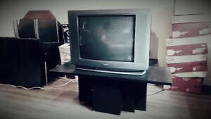 Télévision avec table basse noire