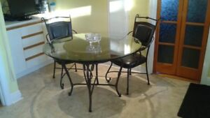 "Round 48"" dia. Kitchenette table / Table ronde en verre"