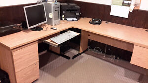 L-shaped office desk / Bureau pour ordinateur en forme de L.