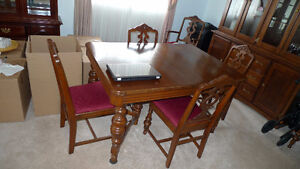 VINTAGE 9-PC DINING ROOM SET INCLUDES BUFFET AND HUTCH