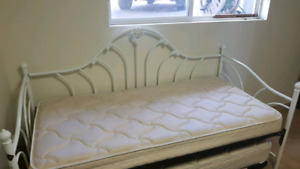 Day bed with pullout