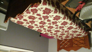Commode et un lit avec matelat simple