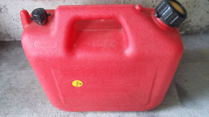 9.4 L RED  Plastic Gas Can C/W Gas
