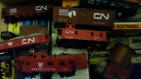 Assorted HO scale train cars and accessories